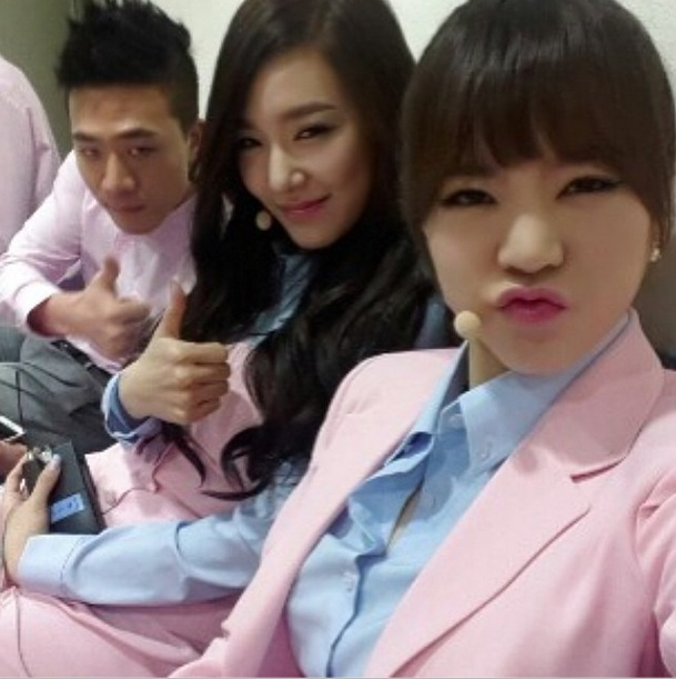 [140402] Sunny and Tiffany (SNSD) New Selca with 차현승