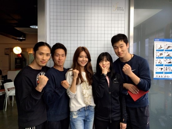 [140412] Sooyoung (SNSD) New Selca with her fitness trainers [1]