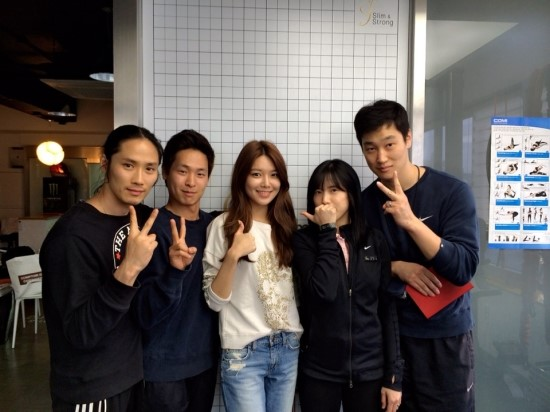 [140412] Sooyoung (SNSD) New Selca with her fitness trainers [2]
